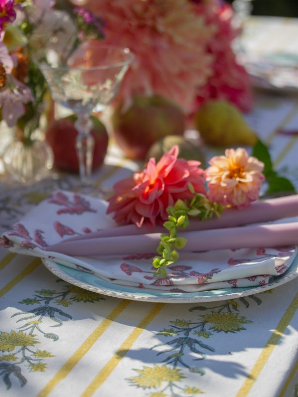 lilac candle and dahlia place setting