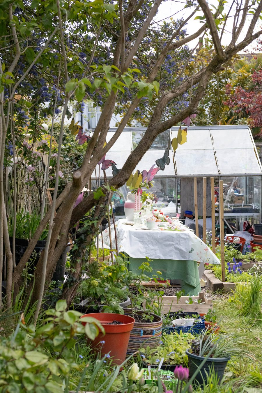 Spring_teaparty_in_the_garden